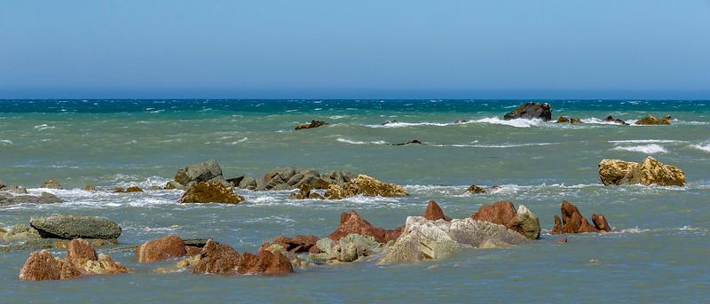 Versammlung farbiger Steine an der Küste bei Ward