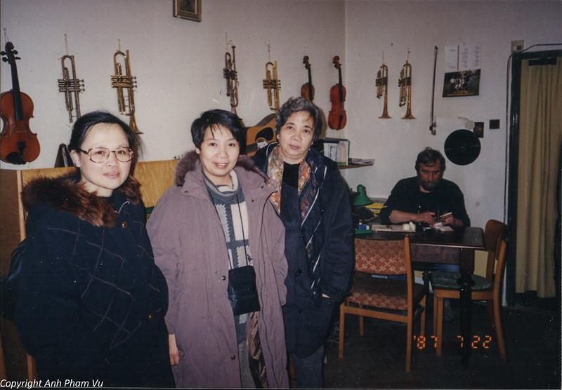 Co Lan Huong Visit 90s 22.jpg
