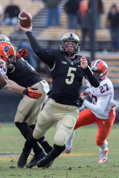 Danny Etling (5) throws an pass on the Boilers last drive