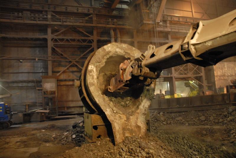NPK GH4 hydraulic hammer deskulling slag pot in steel mill(8).JPG