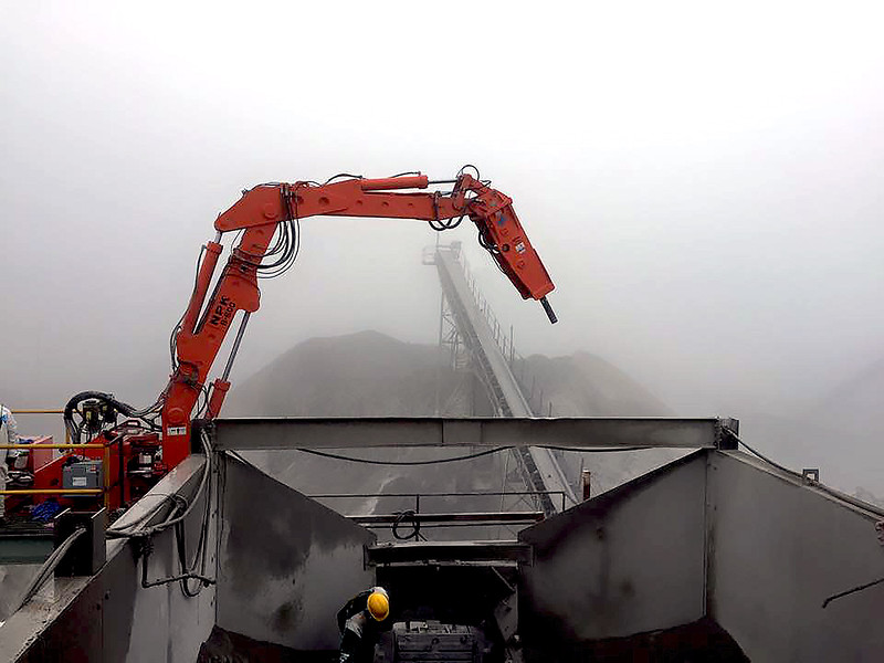 NPK B600 pedestal boom system with GH6 hydraulic hammer-secondary rock breaking in quarry (1) - grease line hidden.jpg