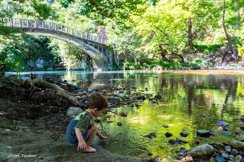 ילד ליד גשר פפיגו.jpg