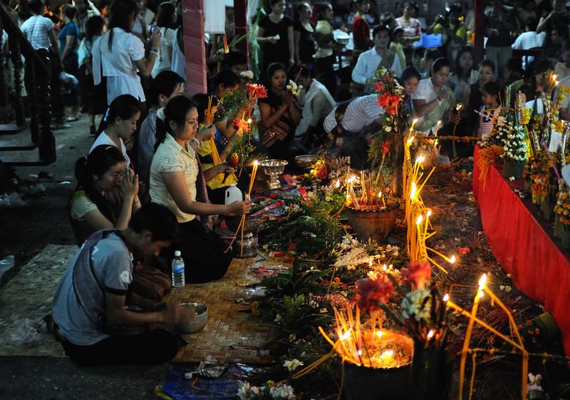 Gläubige im Wat May beim  traditionellen laotischen Neujahrsfest im April