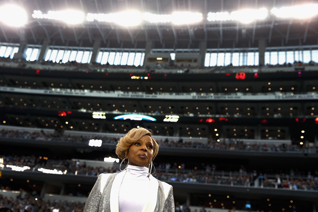 . Singer Mary J. Blige prepares to sing the national anthem before a Thanksgiving Day game between the Oakland Raiders and the Dallas Cowboy at AT&T Stadium on November 28, 2013 in Arlington, Texas.  (Photo by Tom Pennington/Getty Images)