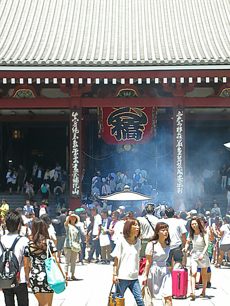 People queueing up the steps of Kannondō (Kannon Hall)