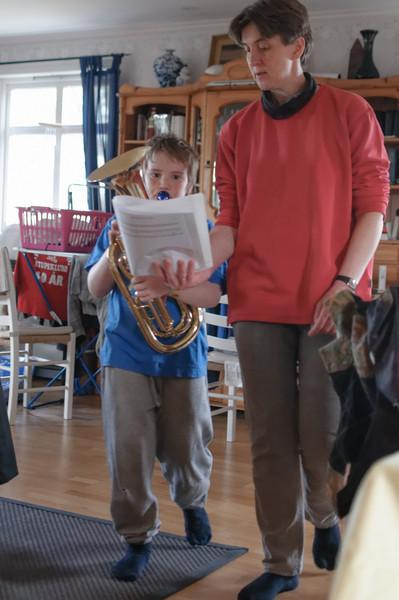 Richard spielt jetzt im Musikkorps der Schule. Er kann zwar schon etwas spielen, aber spielen und marschieren musste er noch üben.