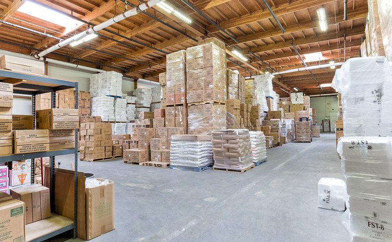 Large clean commercial warehouse in Kent WA.