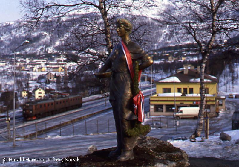 Statue av Svarta Bjørn nær Narvik jernbanestasjon.