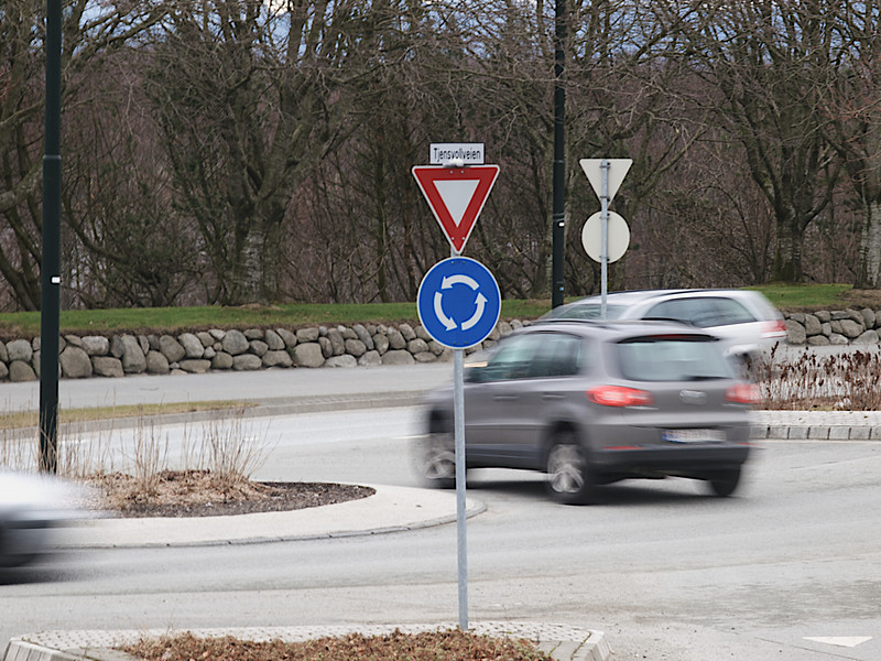 Round about. ********** Rundkjøring ved Tjensvollveien og Henrik Ibsens gate. (Foto: Geir)
