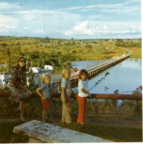 Lorena Moura Ferreira e filhos e Gininha (Filha do Eng. Faria), Junto à barragem do Rio Luachimo.