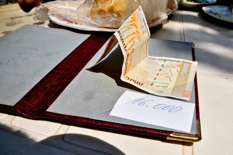 Типичный Армянский счет - просто сумма. Обед был великолепный - свежайшие овощи, рыба и местное вино.
