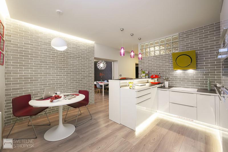 Kuchyňa s lineárnym osvetlenim