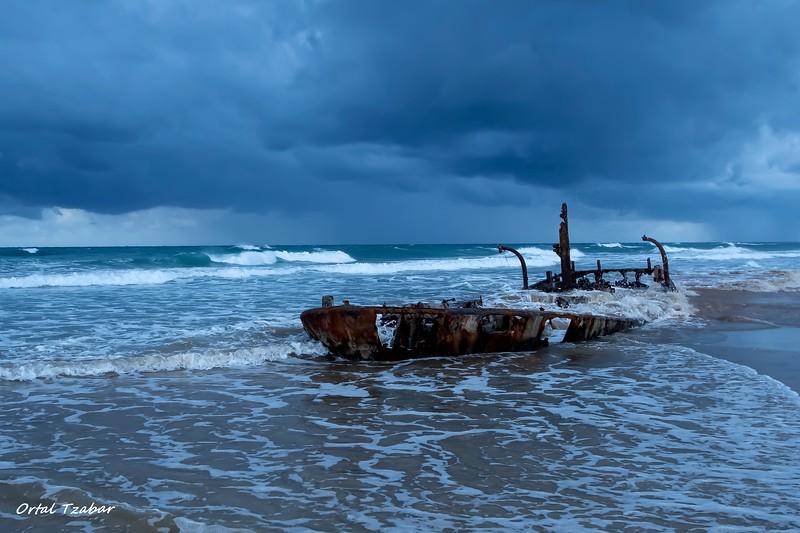 סירה בחוף הבונים.jpg