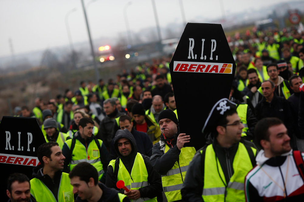 . Iberia workers take part in a march towards Madrid\'s Barajas airport February 18, 2013. Workers at loss-making Spanish flag carrier Iberia began a five-day strike at midnight on Monday, grounding over 1,000 flights and costing the airline and struggling national economy millions of euros. REUTERS/Susana Vera