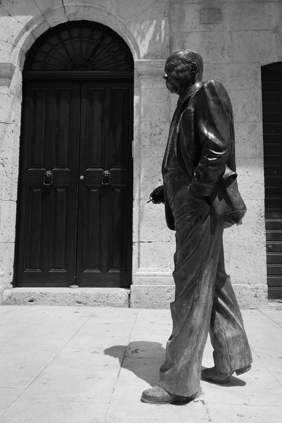 Statua in bronzo raffigurante Leonardo Sciascia
