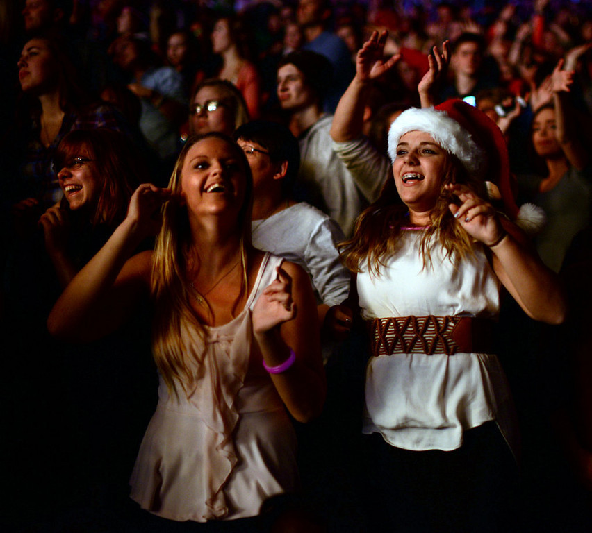 ". Fans listen to Enrique Iglesias sing ""I Like How it Feels\"" at Jingle Ball.  (Pioneer Press: Chris Polydoroff)"