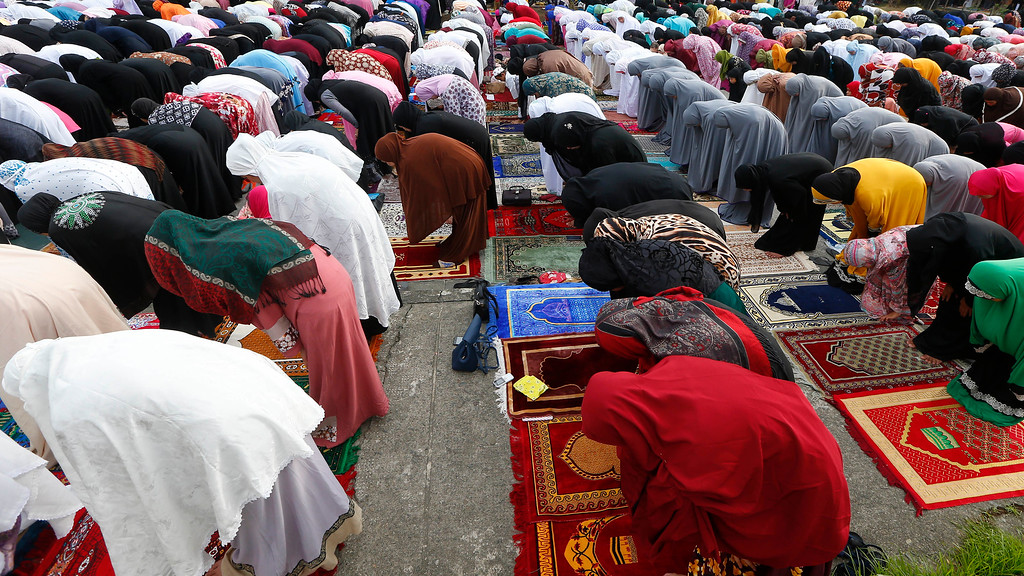 . Filipino Muslims pray to celebrate the end of the holy month of Ramadan known as Eid al-Fitr Friday, June 15, 2018 at the Blue Mosque in suburban Taguig city, east of Manila, Philippines. Muslims all over the world mark Eid al-Fitr with prayers, family reunions and gift-givings. (AP Photo/Bullit Marquez)