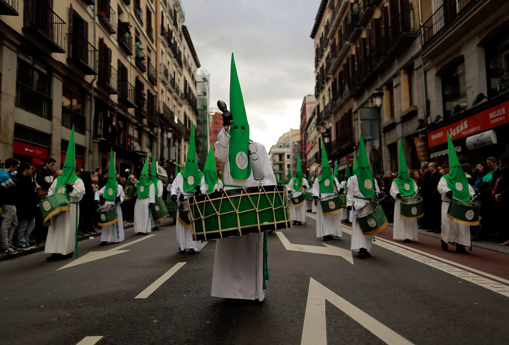 ". Penitents of the ""Las Siete Palabras\"" brotherhood take part in the procession of \""La Soledad\"" during Holy Week in Madrid, Spain, Saturday, March 30, 2013. Hundreds of processions take place throughout Spain during the Easter Holy Week. (AP Photo/Andres Kudacki)"