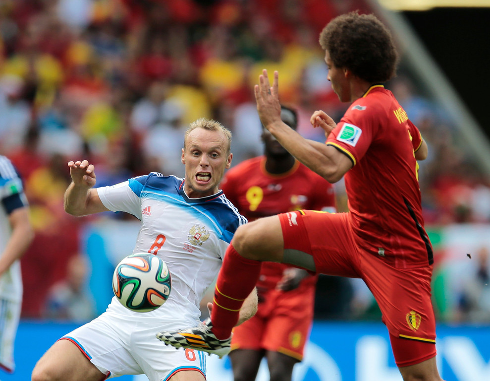 . Russia\'s Denis Glushakov, left, and Belgium\'s Axel Witsel challenge for the ball during the group H World Cup soccer match between Belgium and Russia at the Maracana stadium in Rio de Janeiro, Brazil, Sunday, June 22, 2014. (AP Photo/Ivan Sekretarev)