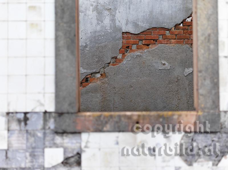 Aufgelassener Leuchtturm, vom Erdbeben zerstört, Blick nach innen, leeres Fenster, Riberhina, Faial, Azoren, Portugal