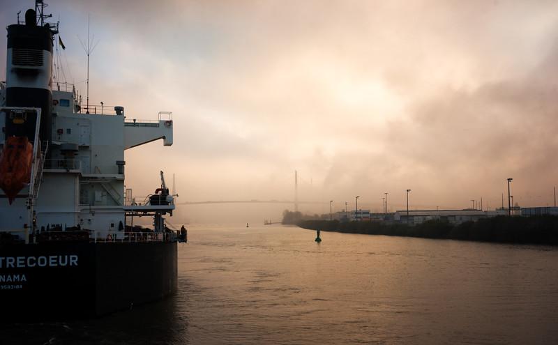 Massengutfrachter im Köhlbrand bei Nebel in Hamburg