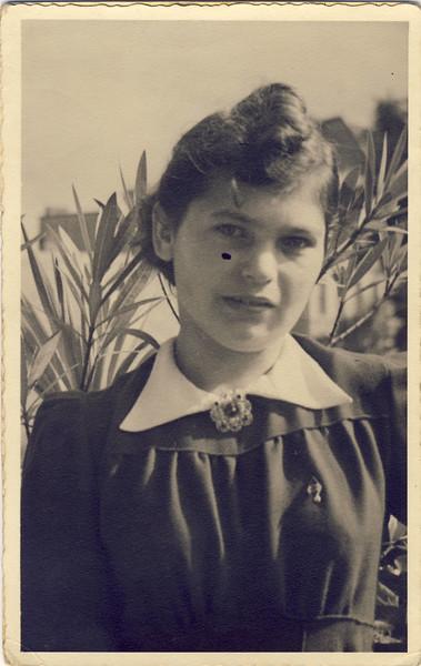 004 Elvira vor Verlobung ca 1941.JPG