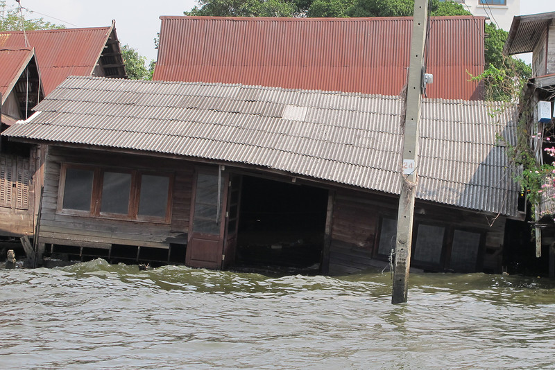 I was wondering whether this resident must still pay rent, notwithstanding the house's condition along the Khlong Bangkok Noi (the former Chao Phraya River).