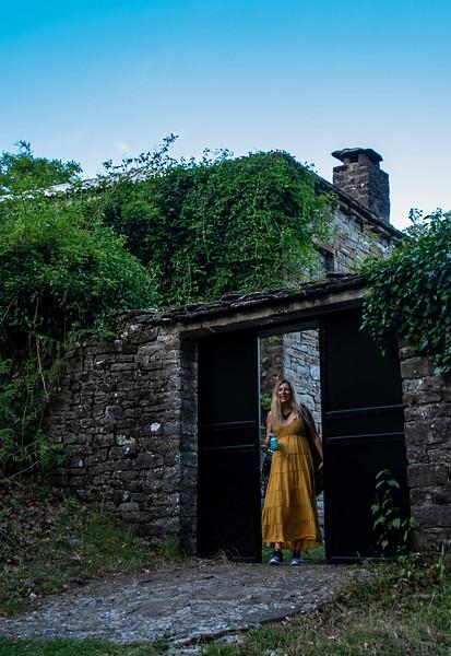 רויטל עם שמלה בכפר ורג'רליס.jpg