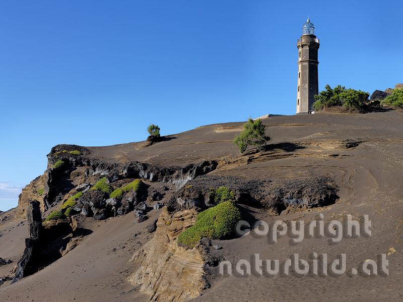 Vulkanküste bei Capelinhos, hinten aufgelassener Leutturm, Faial, Azoren, Portugal