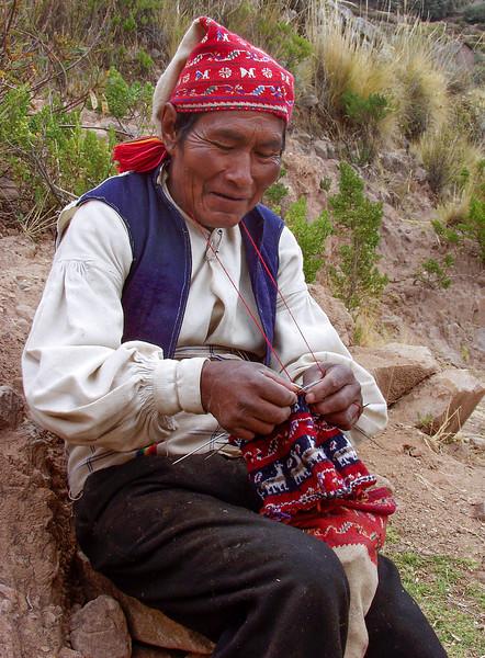 P21 - Peru - Titicaca - Isla Taquile - Old man knitting A1.jpg
