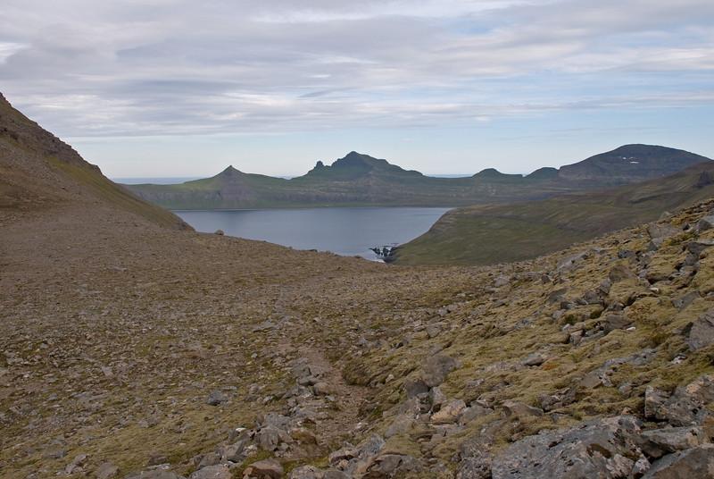 Horft úr Atlaskarði á Miðfell, Jörund, Kálfatinda, Eilífstind, Skófnaberg og Dögunarfell