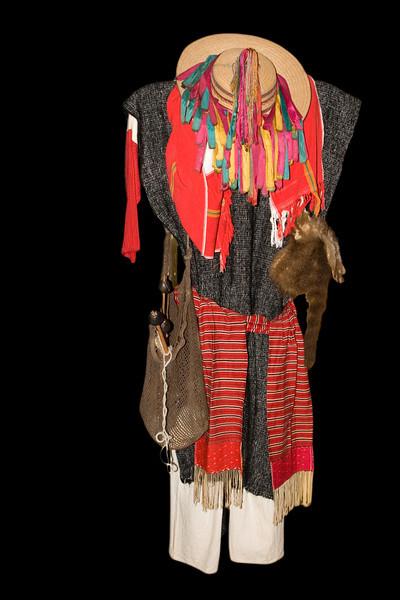 Costume traditionnel  de SAN  ANDRES de LARRAINZA.Homme, costume de tous les jours à poncho long sur pantalon blanc, chapeau à rubans multicolores. Il porte les accessoires pour filer la laine ,que l'homme fabrique mais c' est la femme qui file.