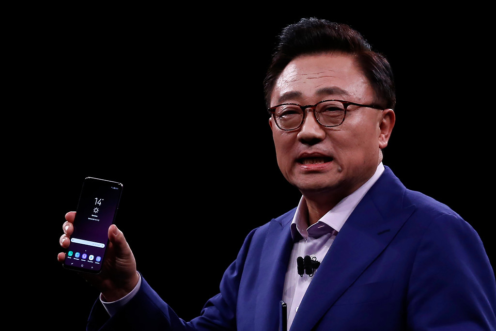 . DJ Koh, Samsung\'s president and head of IT and Mobile Communications Divisions shows the new Galaxy S9, during a Samsung Galaxy Unpacked 2018 event on the eve of this week\'s Mobile World Congress wireless show, in Barcelona, Spain, Sunday, Feb 25, 2018. Samsung unveiled new smartphones with largely unchanged designs and incremental improvements such as a better camera. (AP Photo/Manu Fernandez)