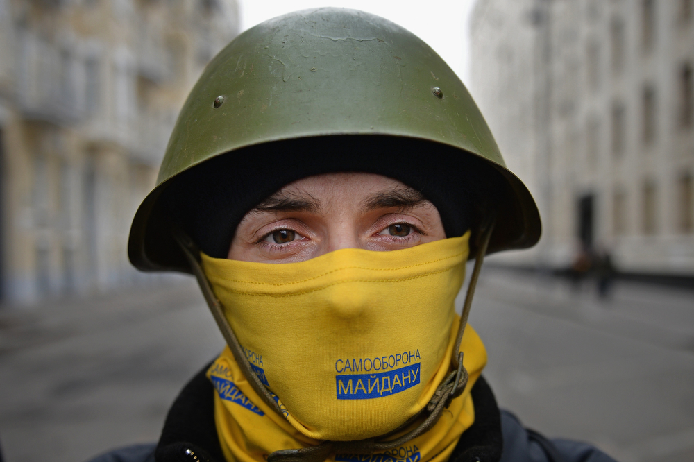 . Anti - government protestors guard the streets next to the Presidential offices on February 22, 2014 in Kiev, Ukraine. The offices of Ukrainian President Viktor Yanukovych have been left unguarded, with the protesters in full control of the streets surrounding the government district. The opposition have called for elections to take place on May 25 and demanded that President Yanukovych stand down immediately. (Photo by Jeff J Mitchell/Getty Images)
