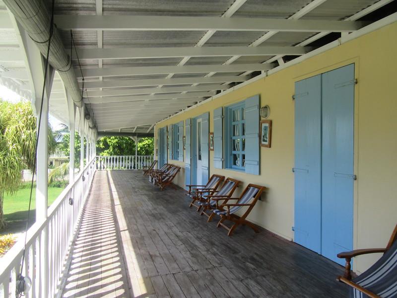 037_Institut Créole International. Maison de maître en bois. Maison Créole. La véranda avant.JPG