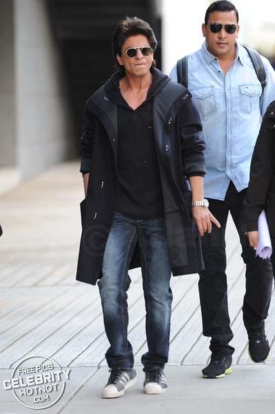Cool Khan! Shah Rukh Kahn Steps Out In Hoody, Oval Sunglasses & Poses For Selfie!