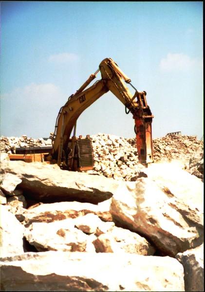 NPK E216 hydraulic hammer on Cat excavator at Zanesville Quarry 8-7-01 (5).JPG