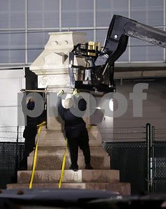 new-orleans-takes-down-1st-of-4-confederate-statues