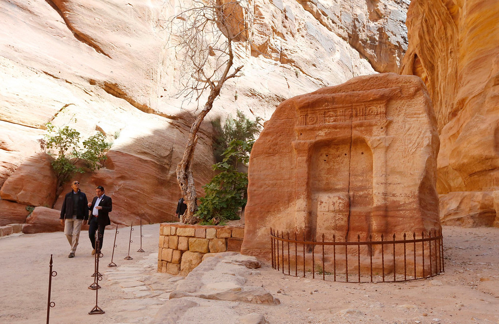 . U.S. President Barack Obama (L) walks with Suleiman al-Farajat, a tourism professor at the University of Jordan, past an ancient shrine during his walking tour of Petra March 23, 2013. Obama visited Jordan\'s ancient city of Petra on Saturday as he wrapped up a four-day Middle East tour by setting aside weighty diplomatic matters and playing tourist for a day. REUTERS/Jason Reed