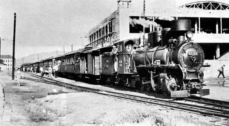 Ćiro pred Poštom 2 u izgradnji na željezničkoj stanici, 5. juli 1958. godine