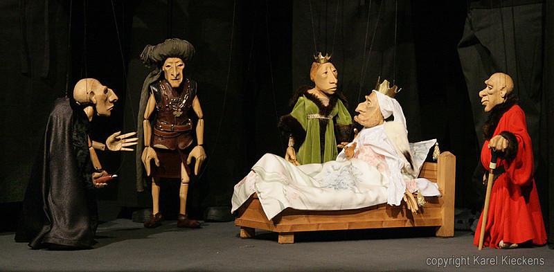 24. Elizabeth : Ik smieëk a hoeigheid, veir in 't kader van deis algemieën verzoenink, a broer Georges in a genade op te neimen.