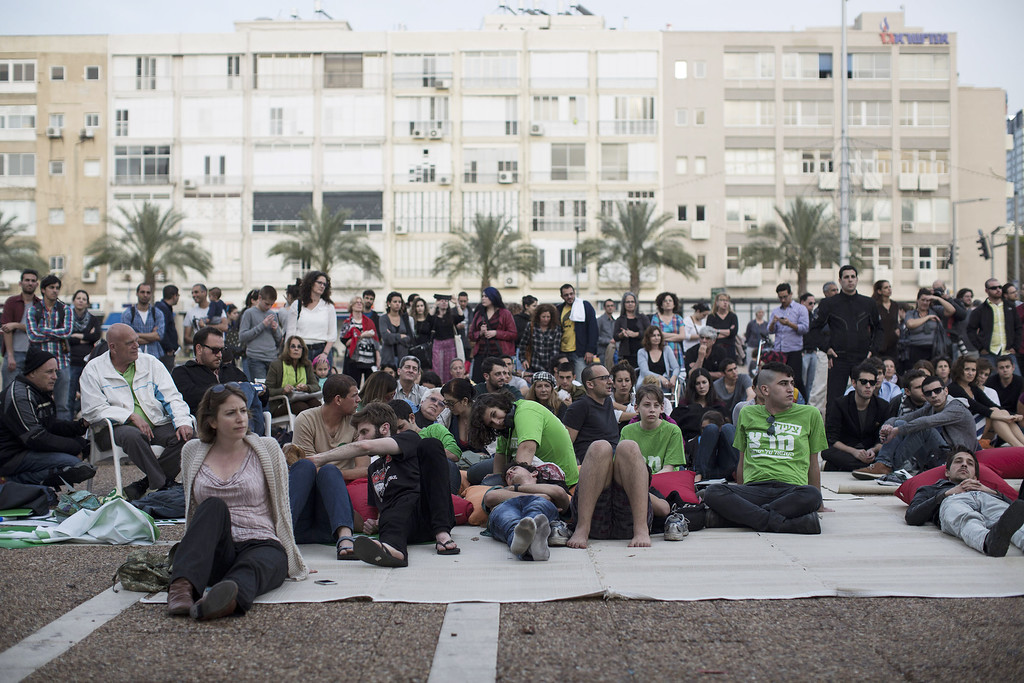 . Israelis watch a televised speech of U.S. President Barack Obama addressing the nation March 21, 2013 in Tel Aviv, Israel.  (Photo by Ilia Yefimovich/Getty images)
