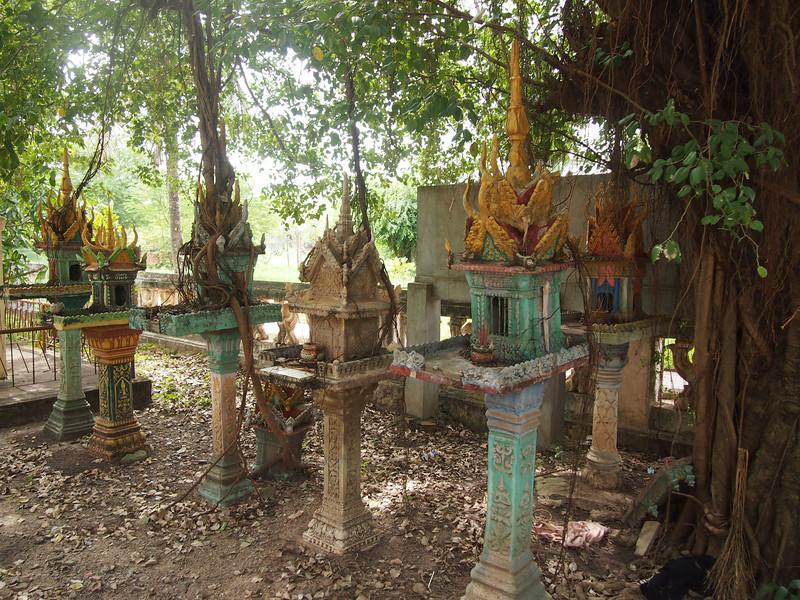 PB153722-wat-kampong-bye-spirit-houses.JPG