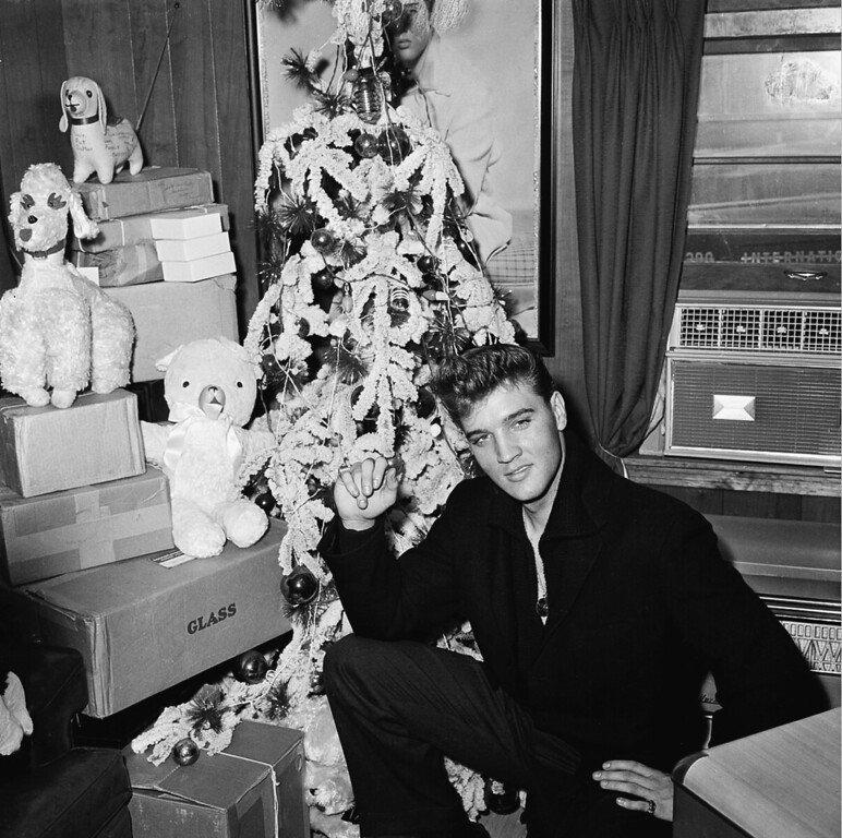 . AMERICAN ACTOR ROCK AND ROLL MUSICIAN ENTERTAINER SINGER SMILING CLOSE UP CHRISTMAS TREE DECORATED BOXES STUFFED TOYS CHARITY