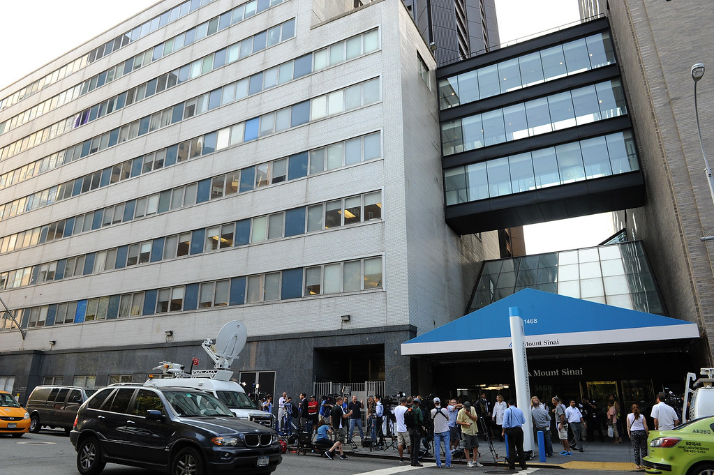. A general view of press outside of Mount Sinai Hospital on September 4, 2014 in New York City. Joan Rivers passed away on September 4, 2014 after suffering respiratory and cardiac arrest during vocal cord surgery on August 28, 2014.  (Photo by Bryan Bedder/Getty Images)