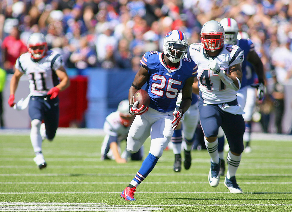 . Da\'Norris Searcy #25 of the Buffalo Bills returns a fumble 74 yards for a touchdown against the New England Patriots at Ralph Wilson Stadium on September 8, 2013 in Orchard Park, New York.  (Photo by Rick Stewart/Getty Images)