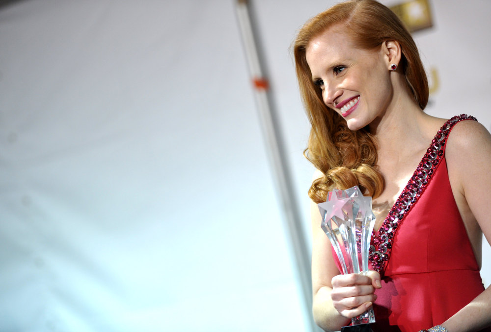 Description of . Jessica Chastain poses backstage with the award for best actress for