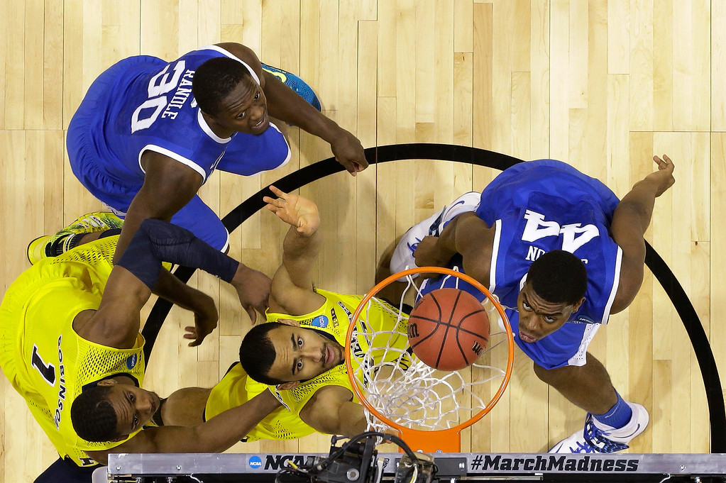 . Michigan\'s Glenn Robinson III (1), Jon Horford (15), Kentucky\'s Julius Randle (30) and Dakari Johnson (44) watch the ball goes into basket during the second half of an NCAA Midwest Regional final college basketball tournament game Sunday, March 30, 2014, in Indianapolis. (AP Photo/Michael Conroy)