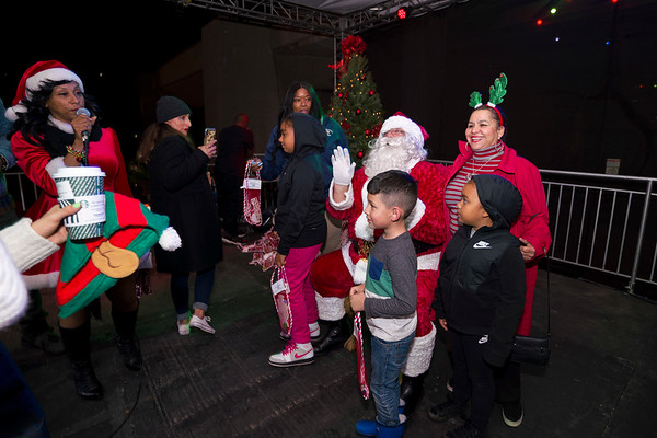 20191205 - CHRISTMAS TREE LIGHTING BECKY G AND MICHEL'LE