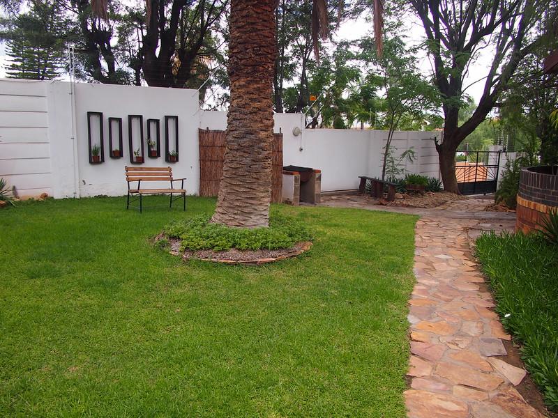 P3281204-rivendell-garden.JPG